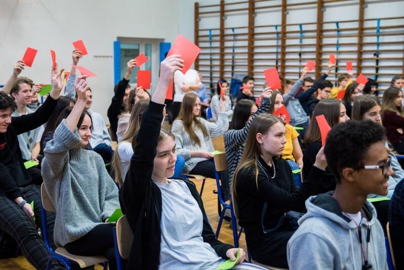 Werdykt w debacie oksfordzkiej należy do publiczności. W gdańskich szkołach głosowanie odbywa się przy pomocy karteczek - zielonych i czerwonych