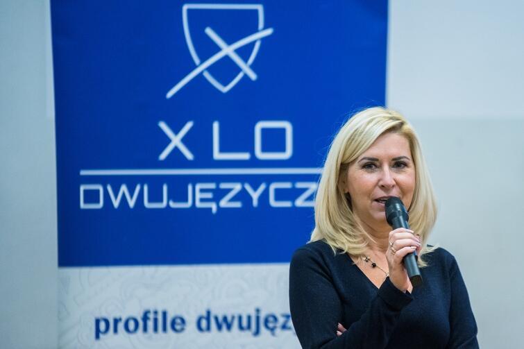 Uczestników i gości debaty powitała wicedyrektor Anna Nieradko (na zdjęciu). Z pierwszego rzędu widowni debacie przysłuchiwała się Anna Meller, dyrektor X LO