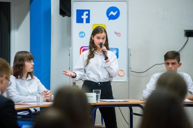 15-letnia uczennica ze swadą wylicza swoje argumenty w dyskusji. Jak nie dać się stresowi w takiej sytuacji? Tego można się dowiedzieć od starszych koleżanek i kolegów z kółka debat oksfordzkich