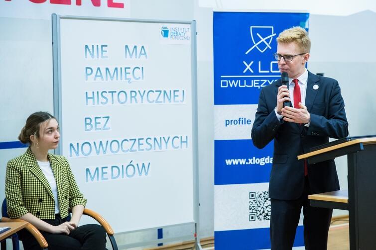 Po debacie swoimi uwagami i spostrzeżeniami z młodzieżą podzielił się Andrzej Skiba, prezes Instytutu Debaty Publicznej i radny Miasta Gdańska. Obok - Julia Smolarek, uczennica klasy maturalnej w X LO, która rok temu została uznana za najlepszego mówcę debat oksfordzkich na Pomorzu
