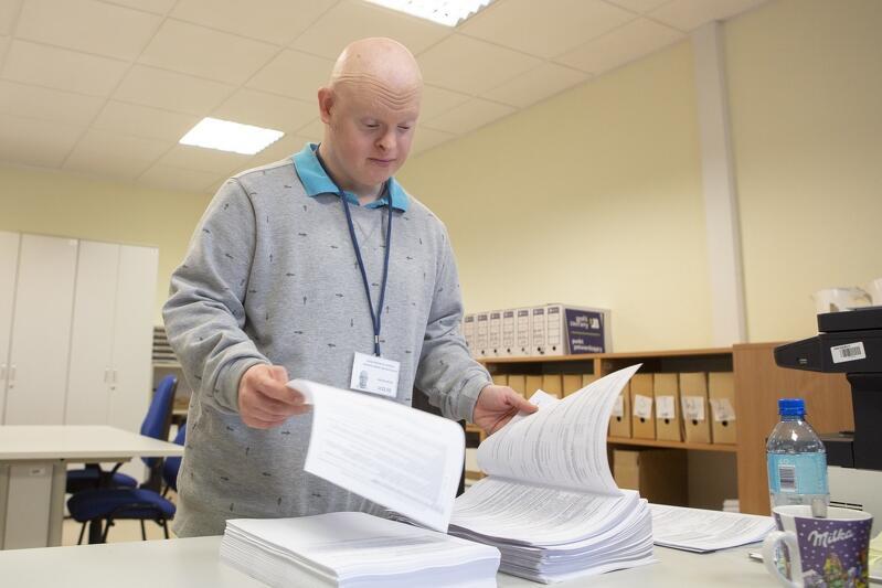 Cztery dni w tygodniu, przez cztery godziny dziennie - Michał Milka pracuje w Urzędzie Miejskim na pół etatu