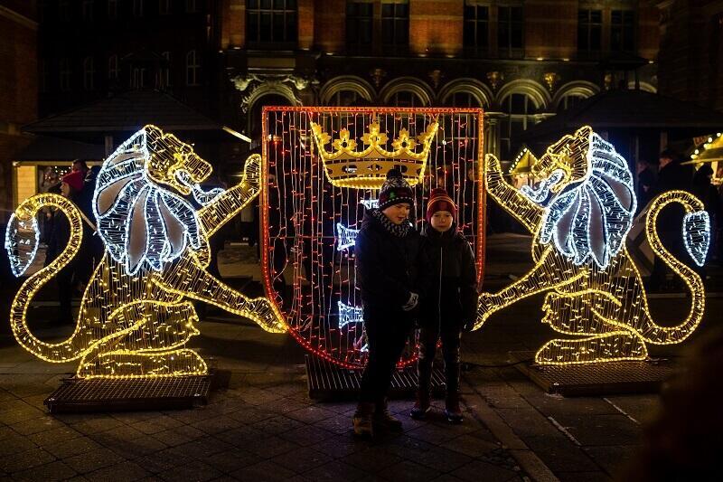 Iluminacje z lwami gdańskim i herbem miasta już rozświetlają mrok na Targu Węglowym