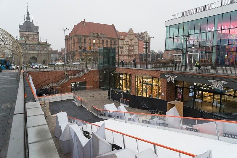 To nie przykład iluminacji, ale także element świątecznej gorączki w Gdańsku - przy Forum Gdańsk drugi rok z rzędu działać będzie syntetyczna a la lodowa ślizgawka. Ponoć w tym roku znacznie dłuższa. Startuje w piątek, 29 listopada