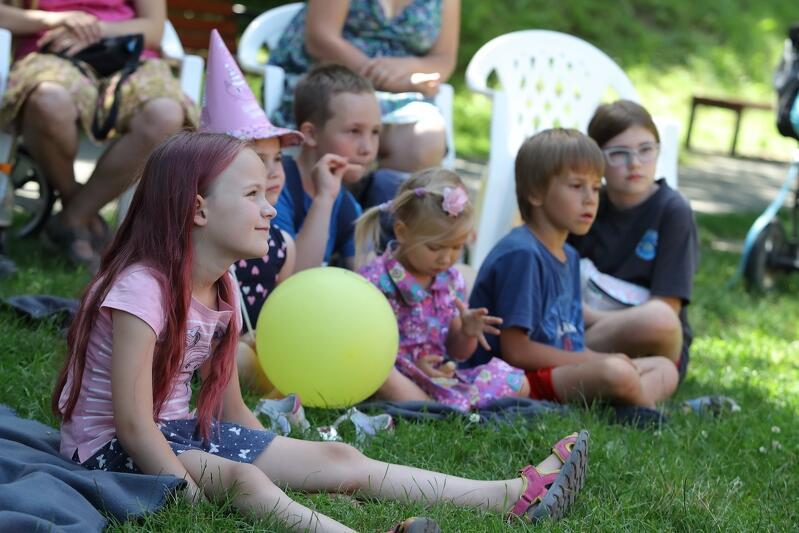 Gdańsk. Mobilny Dom Kultury na Osowej latem 2019. Dzieci oglądają spektakl teatralny w plenerze