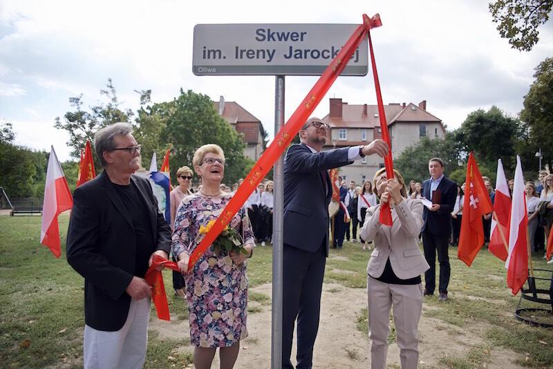 Uroczyste odsłonięcie tablicy z imieniem Ireny Jarockiej we wrześniu 2018 roku. Od lewej: Henryk Jarocki (brat), Barbara Meyer (była radna, która pomogła w realizacji pomysłu), Paweł Adamowicz (śp. prezydent Gdańska) i Mariola Pryzwan (autorka biografii I. Jarockiej)