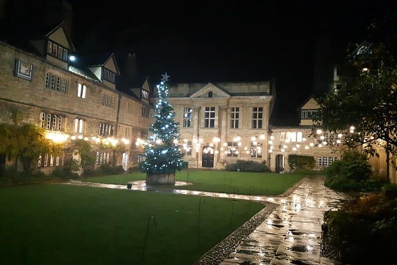Świątecznie oświetlony dziedziniec St Edmund Hall z choinką, która pojawiła się tutaj tuż po 25 listopada