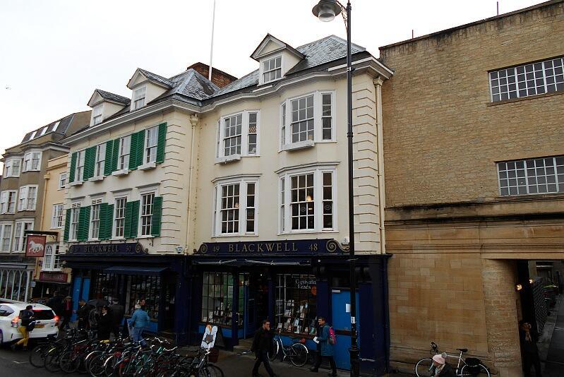 Księgarnia Blackwell położona przy Broad Street – można w niej kupić wszelkiego rodzaju książki, od popularnych po naukowe, a znajdujący się kilka budynków dalej sklep muzyczny oferuje szeroki wybór płyt z tradycyjnymi angielskimi kolędami, również w wykonaniu kolegialnych chórów