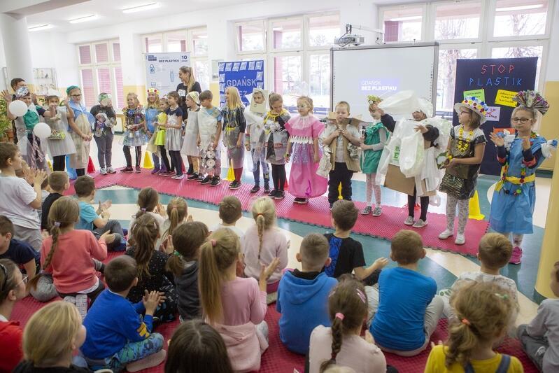 Po uroczystym odsłonięciu butelkowej instalacji, dzieci zaprosiły gości wydarzenia na pokaz mody ekologiczno-recyklingowej