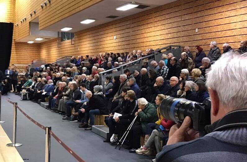Sala podczas otwartego spotkania dotyczącego przyszłości ERGO ARENY była pełna. Z przewagą mieszkańców Gdańska, głównie domów sąsiadujących z halą