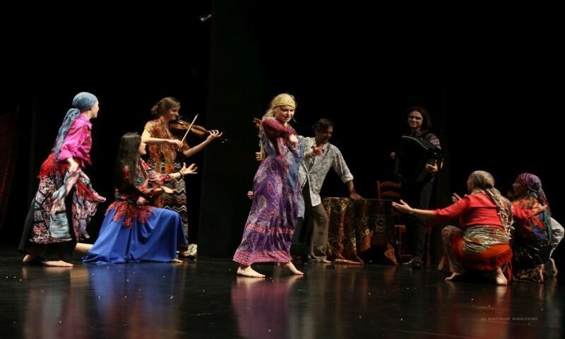 Kaj Dzias Living Space Theatre to spektakl teatru tańca inspirowany kulturą romską