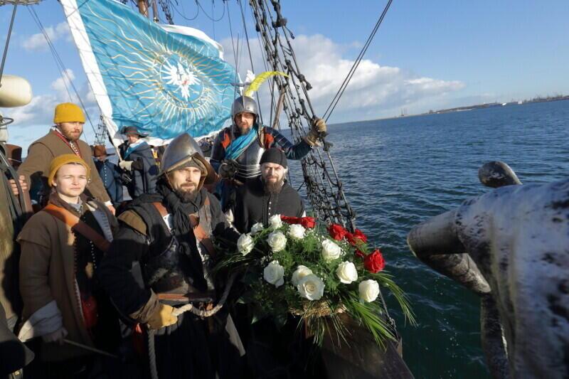 Uroczyste spuszczenie wieńca do Zatoki Gdańskiej na cześć żołnierzy i marynarzy poległych 392 lata temu w bitwie pod Oliwą, 30 listopada 2019 r.