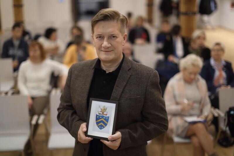 Ryszard Derdziński, politolog z zamiłowaniem do historii, a także tolkienista i podróżnik, prezentuje w Hevelianum rysunek, który jest odwzorowaniem naszkicowanego przez młodego Tolkiena wyobrażenia jego herbu rodzinnego. (Rysunek autorstwa artystki Nimwen)