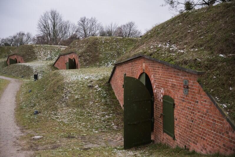 W Shire też czasem padał śnieg - schrony artyleryjskie w Hevelianum. Odwiedzający często mówią, że coś im te obiekty przypominają...