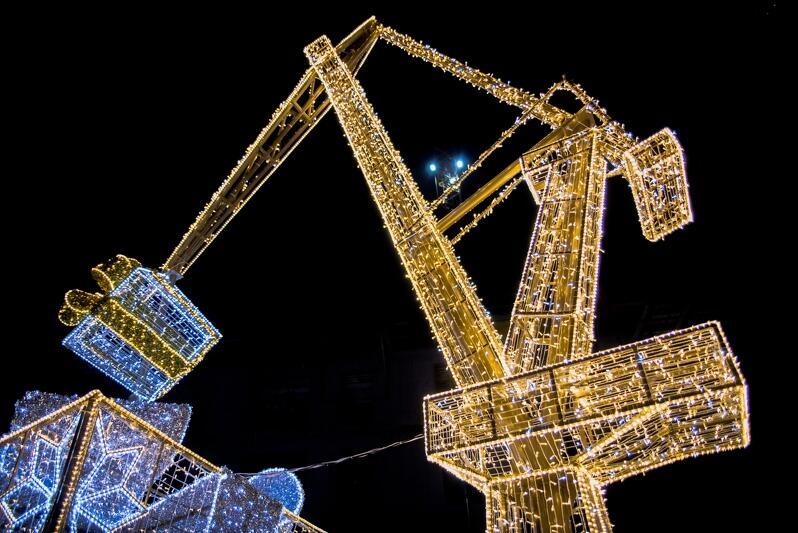 Dźwig na ul. Stągiewnej świeci 20 tysiącami lampek