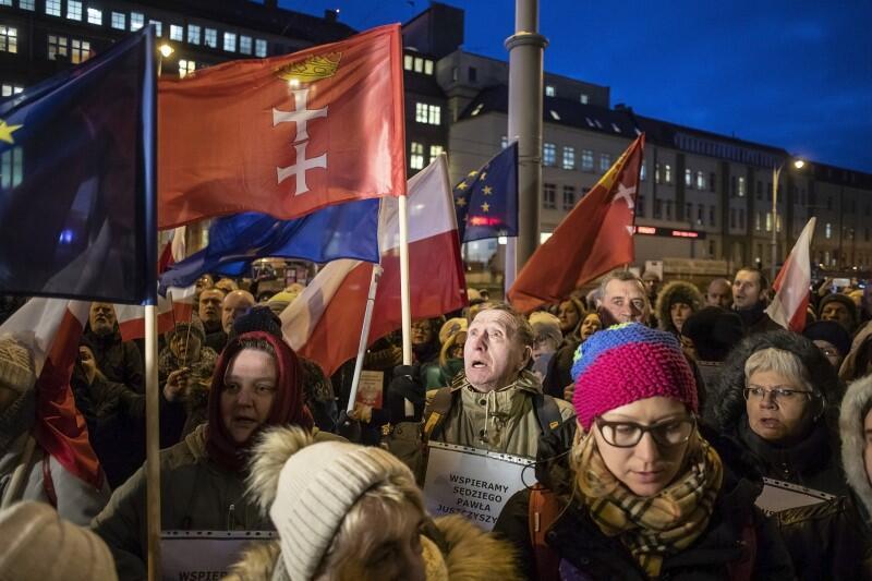 Manifestacja pod Sądem Okręgowym w Gdańsku rozpoczęła się od odśpiewania Mazurka Dąbrowskiego