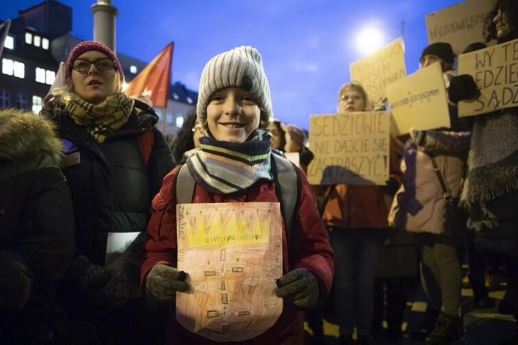 Niektórzy rodzice pod gmach sądu przyszli z dziećmi - jeden z chłopców trzymał zrobiony własnym sumptem herb Gdańska