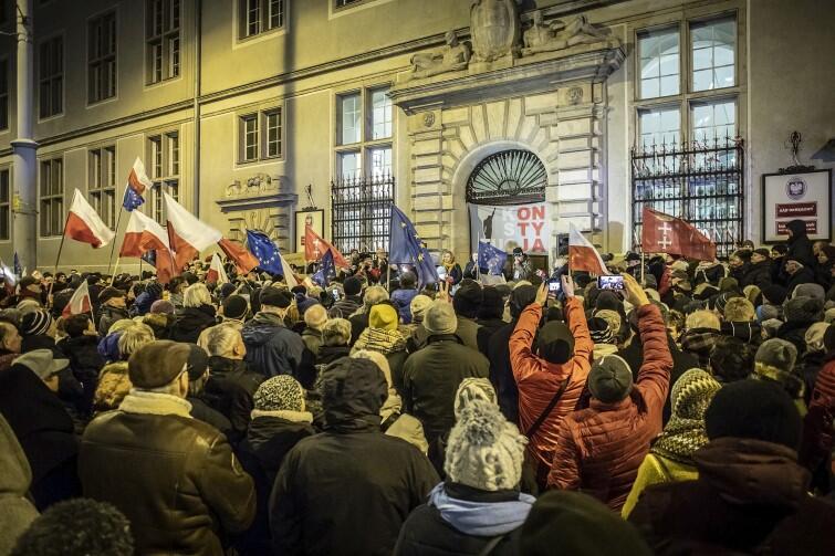 Nad uczestnikami manifestacji przed Sądem Okręgowym w Gdańsku powiewały flagi polskie, unijne i gdańskie