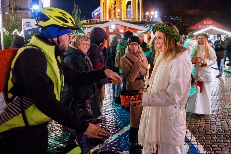Młode Szwedki najpierw odśpiewały tradycyjne pieśni, a następnie częstowały przechodniów szwedzkimi ciasteczkami korzennymi