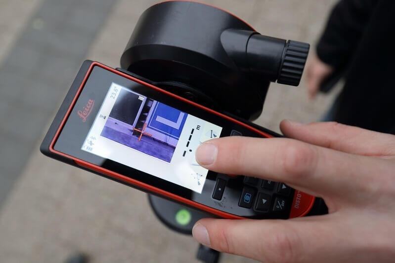Profesjonalny dalmierz służy do mierzenia powierzchni i grubości reklam, dane zapisywane są na podłączony do sprzętu tablecie