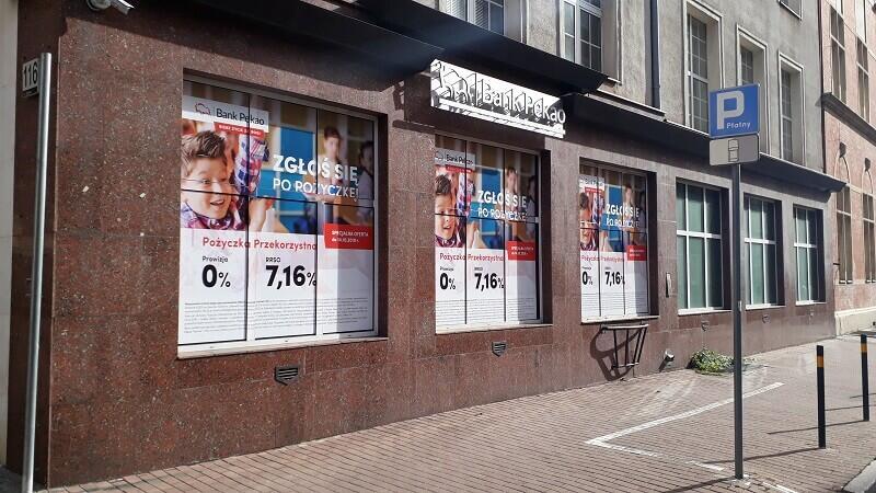 Niezgodnie z uchwałą krajobrazową witryny banku przy ul. Ogarnej - wersja przed...