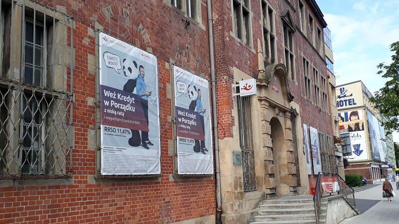 Zabytkowy budynek poczty we Wrzeszczu - z banerami zasłaniającymi okna