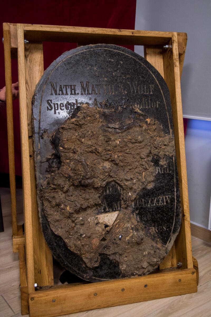 Marmurowa tablica nagrobna z imieniem Nataniela Mateusza Wolfa