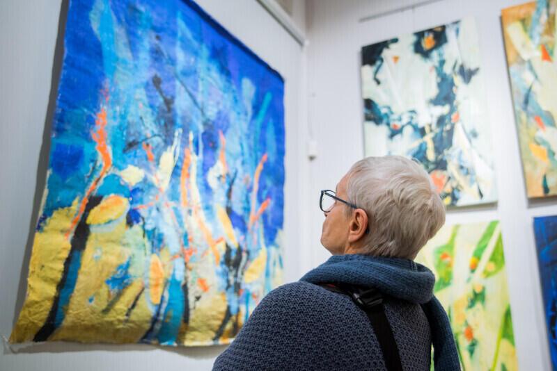 Na wystawie prezentowanych jest kilkadziesiąt obrazów. Przykuwają uwagę bogatą kolorystyką i odważnym zestawieniem barw