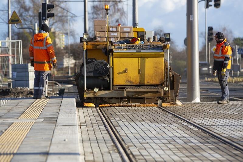 Inwestycja prowadzona na stogach obejmuje przebudowę ok. 3,7 km torów tramwajowych i ok. 2,5 km dróg