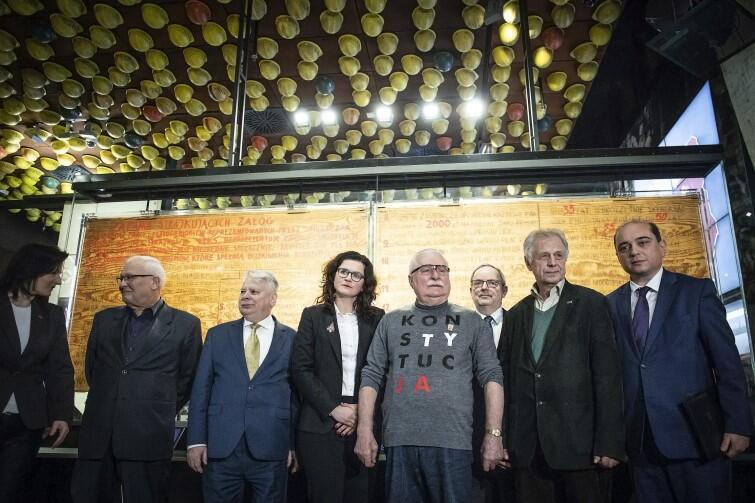 Władze Gdańska, dyrekcja ECS, liderzy Sierpnia i wspłótwórca Tablic z 21 Postulatami chcą, by oryginały pozostały w Europejskim Centrum Solidarności