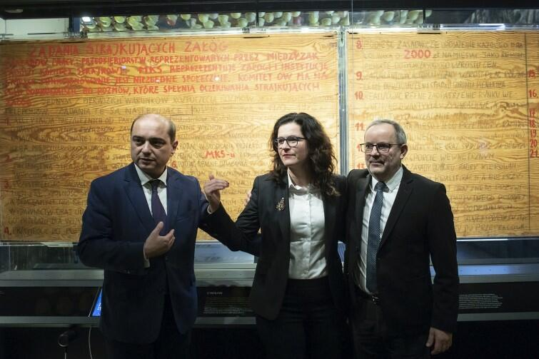 Basil Kerski, dyrektor ECS (po lewej), a obok Aleksandra Dukiewicz, prezydent Gdańska i Maciej Grzywaczewski, współautor tablic z postulatami