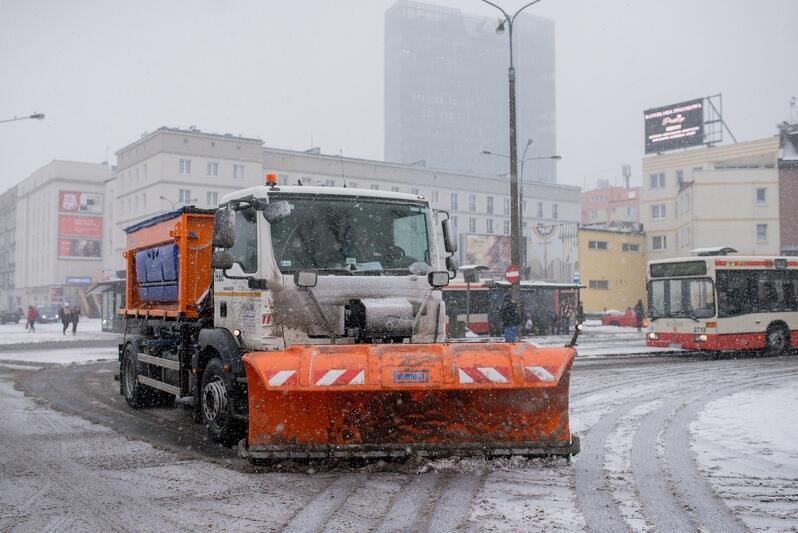 W tym sezonie zimowym jeszcze nie było większych kłopotów ze śniegiem i oblodzeniami. Czy to znaczy, że służby miejskie na razie nic nie muszą robić, by drogi w Gdańsku nie były śliskie? (Zdjęcie zrobione dwa lata temu na pętli autobusowej przy dworcu kolejowym Gdańsk Wrzeszcz)