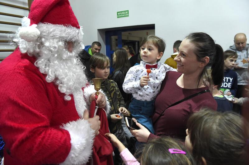 Święty Mikołaj w Nowym Porcie rozdał 300 paczek ufundowanych przez Radę Dzielnicy