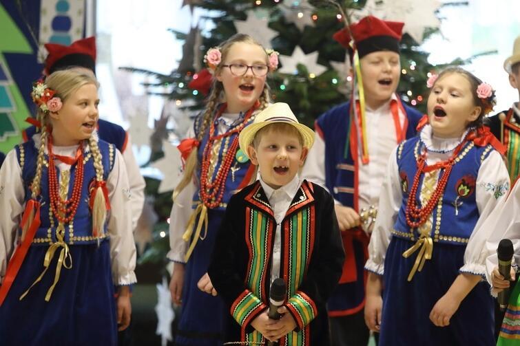 Dzieci migranckie dzięki występom zaistniały w szkole w spoósb bardzo pozytywny