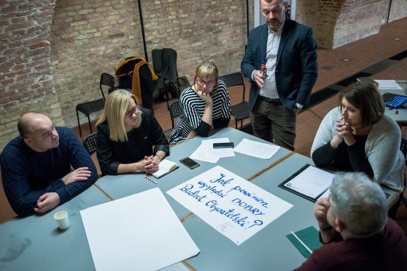 Druga od lewej: Sylwia Betlej - p.o. kierownika Referatu Partycypacji Społecznej i Rad Dzielnic w Biurze Prezydenta Gdańska, Ewa Patyk oraz Przemek Kluz z Gdańskiej Fundacji Innowacji Społecznej, Karina Rembiewska - była menedżerka Śródmieścia