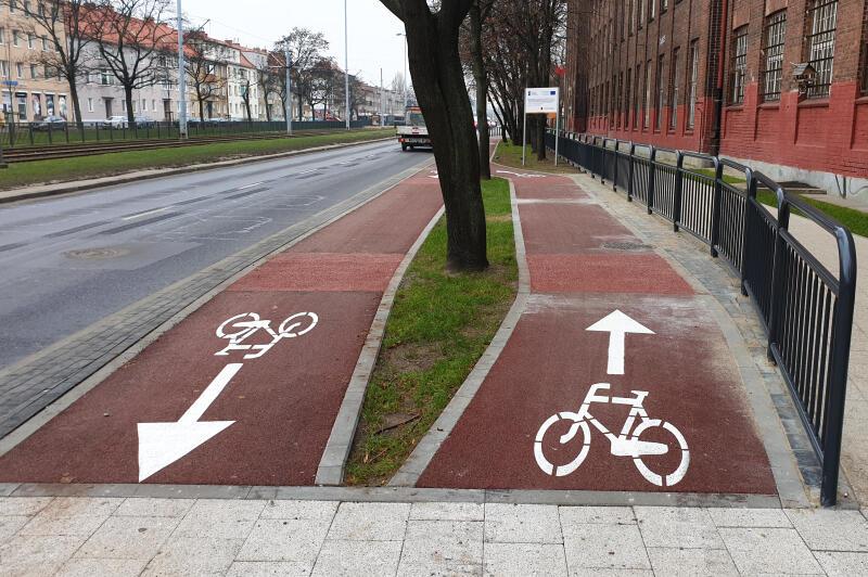 Miejsce, w którym z powodu braku miejsca jeden z odcinków drogi dla rowerów poprowadzony jest po betonowych płytach