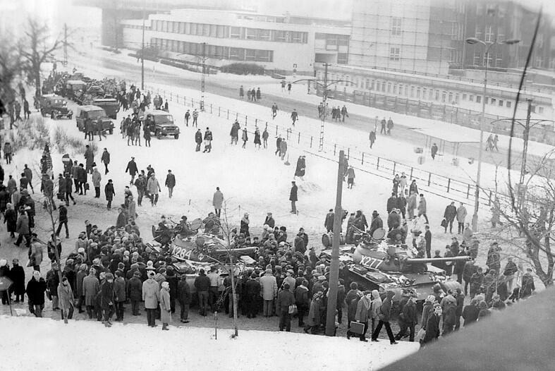 Ludzie gromadzili się wokół czołgów, które wjechały na Wały Piastowskie