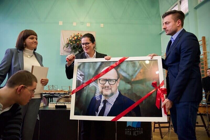 Prezydent Gdańska Aleksandra Dulkiewicz przekazała szkole wielkie zdjęcie portretowe Pawła Adamowicza