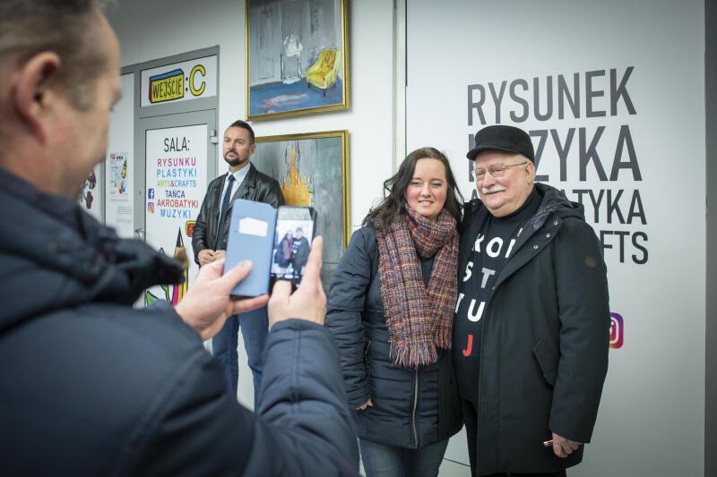 Prezydent Lech Wałęsa chętnie podpisywał album i pozował do wspólnych zdjęć