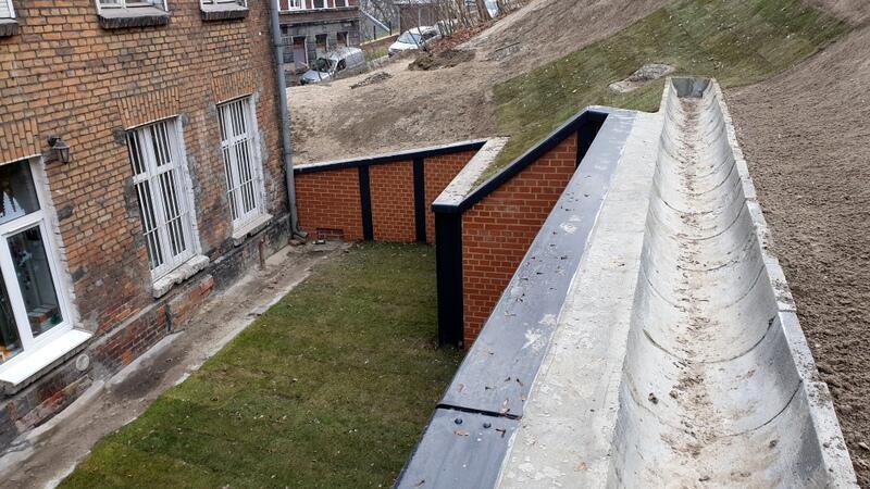 W ramach inwestycji wybudowano także mury oporowe na szczycie wzniesienia w formie palisady z mikropali