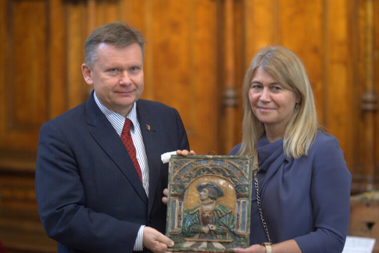 Dyrektor Muzeum Gdańska Waldemar Ossowski i Dorota Karnkowska z Warszawy, która przekazała dar