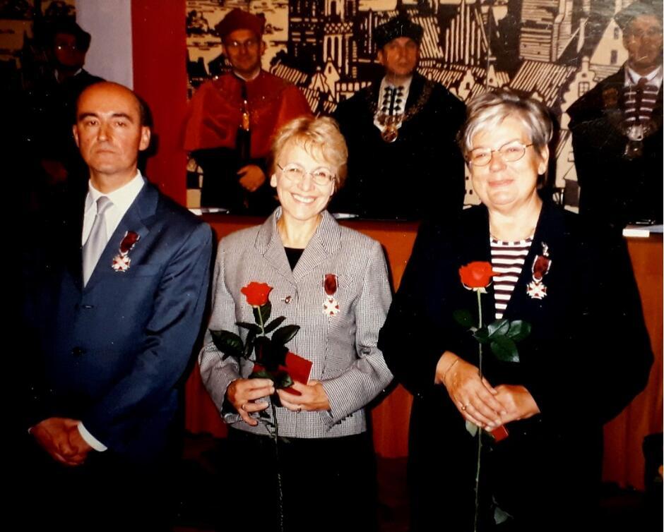 Na inaugurację roku akademickiego 2004/2005 Marta Michowska (stoi pośrodku) otrzymała Srebrny Krzyż Zasługi za długoletnią działalność naukową i dydaktyczną