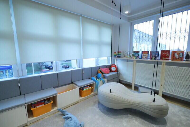 Zupełnie nowa atrakcja w bibliotece - podwieszana sofa, na której będzie można wygodnie poczytać książkę