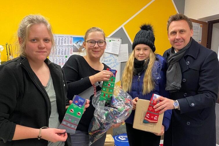 """Organizatorzy akcji """"Skarpetki dla Świętego Mikołaja"""" czekają na Wasze dary do poniedziałku, 23 grudnia, 2019 r."""