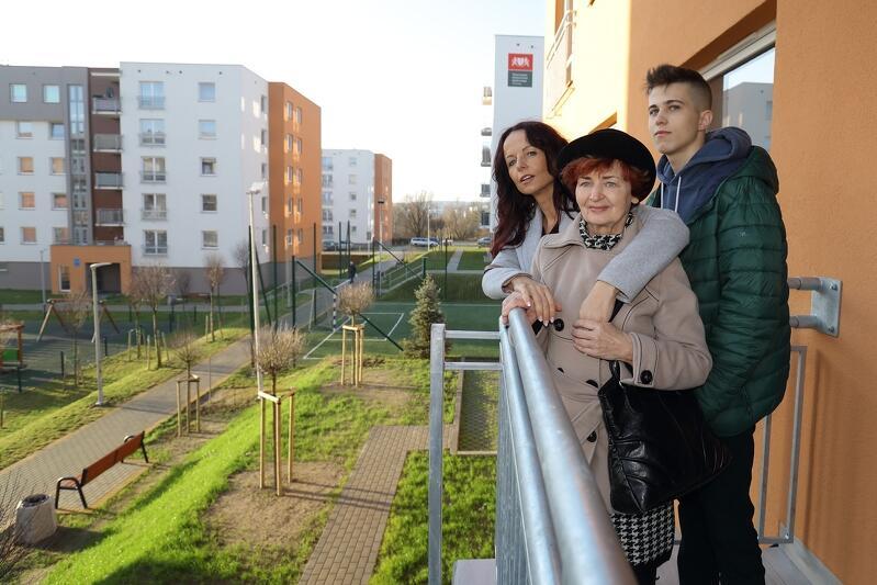 Janina Czinczoll (w środku) w nowym mieszkaniu zamieszka z mężem. Para przeniosła się na ul. Piotrkowską z Dolnego Miasta. Nz. z córką Katarzyną i wnukiem Maksymilianem, którzy towarzyszyli kobiecie w odbiorze kluczy do nowego lokum