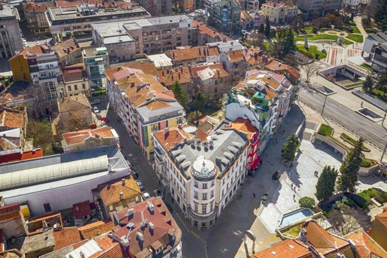Burgas to jedno z największych bułgarskich miast. Jest świetną bazą wypadową do pobliskich kurortów, Słonecznego Brzegu czy Pomorie oraz zabytkowych miejscowości Sozopol i Nesebyr