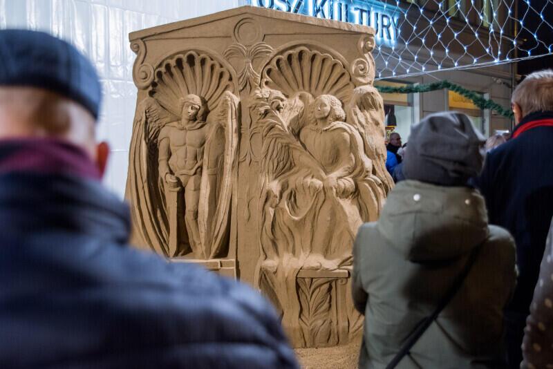 Rzeźba przedstawia Świętą Rodzinę i archaniołów