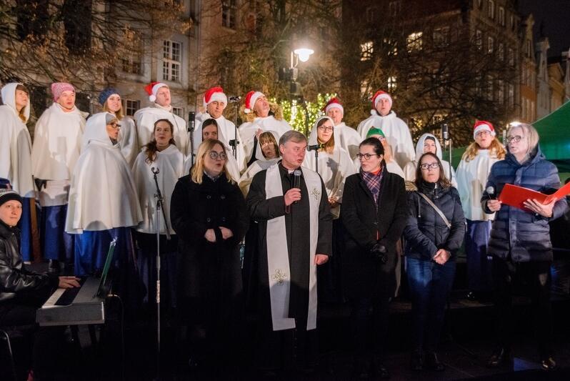 Nz. (od lewej): Magdalena Adamowicz - żona śp. prezydenta Gdańska Pawła Adamowicza, ks. prałat Ireneusz Bradtke - proboszcz Bazyliki Mariackiej, Aleksandra Dulkiewicz - prezydent Gdańska. W tle Grace Gospel Choir