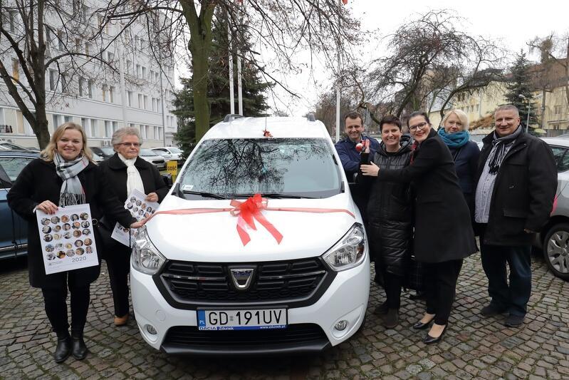 Wręczenie kluczyków do samochodu dla fundacji Społecznie Bezpieczni