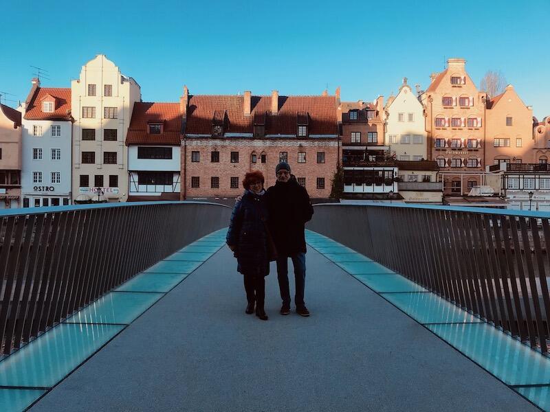 Państwo Jóźwiak mieszkają w Zgorzelcu. Przyjechali do Gdańska, by spędzić święta z synem. W wigilijny poranek wybrali się na spacer, by na własne oczy zobaczyć nową, jeszcze tymczasowo uruchomioną, kładkę