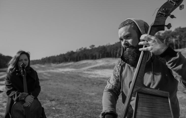 LowBow tworzą kontrabasista Maciej Sadowski i wiolonczelistka Małgorzata Znarowska